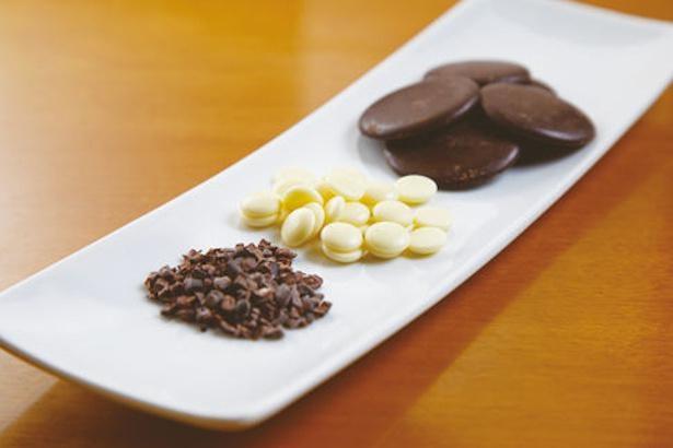 カカオ70%のコロンビア産チョコレートや、カカオ32%のホワイトチョコレートなどの食べ比べも楽しめる / CHOCOLATE CAFE CVORE