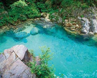 エメラルドグリーンに輝く川の絶景!阿寺渓谷を巡る長野・大桑村ドライブコース