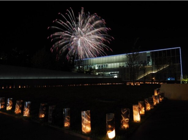 【写真】歩くスペースには幻想的なライトが灯され、空には大迫力の花火が打ち上げられる