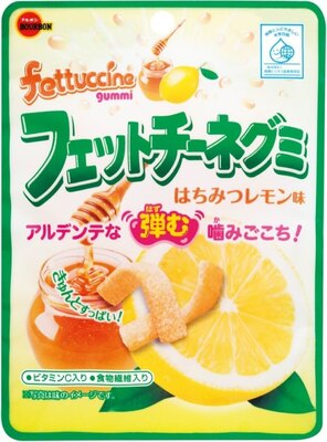 【写真を見る】爽やかで果汁感のあるレモンの風味にはちみつを加えて甘ずっぱい味わいに仕上げた「フェットチーネグミはちみつレモン味」(希望小売価格・税抜100円)も同日発売