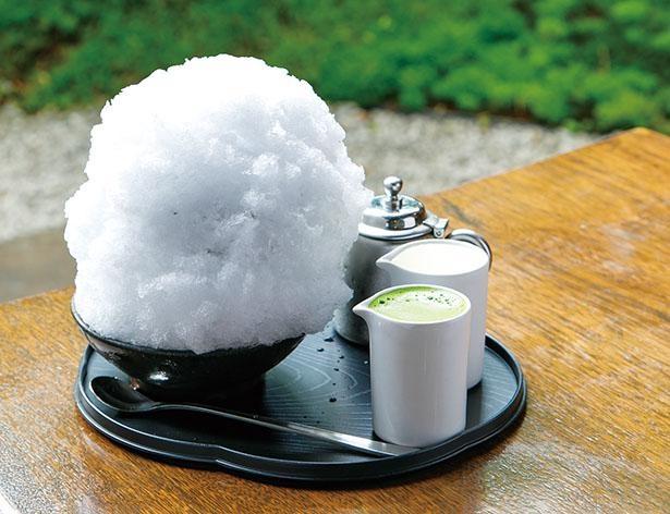 自分でシロップをかけるスタイルなので、甘さは調節可能!「抹茶ミルク金時」(850円) / 大蔵餅 本店