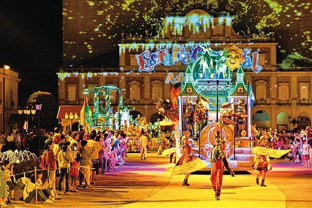 """情熱的で華やかなナイトパレード「エスパーニャカーニバル""""アデランテ""""」。色鮮やかなイルミネーションのフロートが、パレードコースを進む / 志摩スペイン村"""