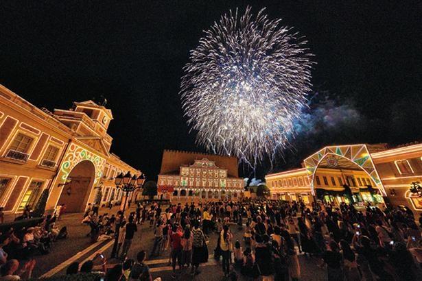 花火と音楽の競演「ムーンライトフィナーレ」。ドラマチックな音楽に合わせて、花火が打ち上がる / 志摩スペイン村
