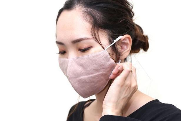 【写真】ココヤシの皮を使用した絶妙な色合いのライトブラウンの夏マスク