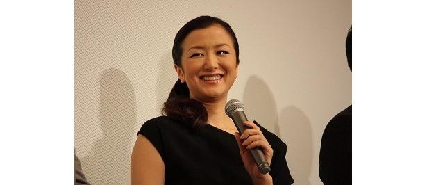 恩地を支える妻役の鈴木京香