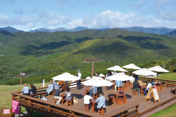 山頂には、地元食材を使ったスイーツやドリンクが楽しめる「Momoiroテラス&カフェ」がオープン /「ひるがのピクニックガーデン」