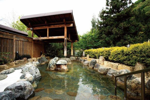 岩や自然の木々を利用した野趣あふれる造りになっている /「湯の平温泉」(男湯)