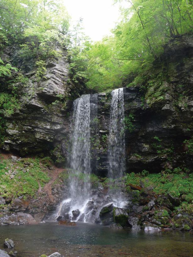 落差は17m。分かれて落ちるふたすじの滝が特徴だ /「夫婦滝」