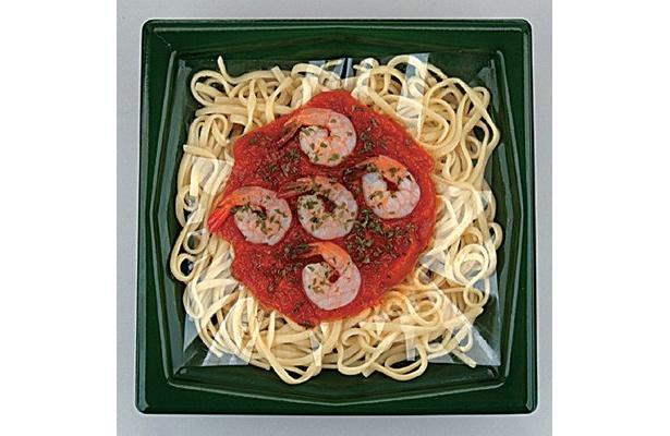 「ぷりぷり海老のトマトソースリングイーネ」は尾つきのエビが5尾も! トマトソースとの相性はバツグン!