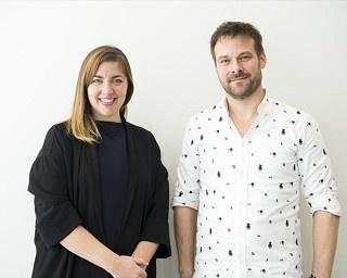 本展のプロジェクトを担当したキャサリン氏(左)とモーメント・ファクトリーの代表ドミニク氏(右)