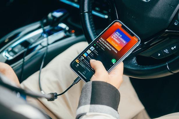 FM電波で音を流すことで、車内でも聴くことができるという