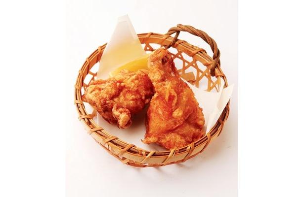 「よってこや」の「元祖唐揚げ」は1本100円。ニンニクが下味に入っており、香り豊かでコクのある味わい