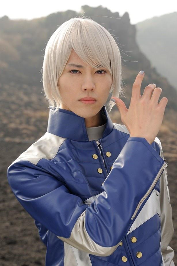 銀髪のヒーロー、ナーガ・レイを演じる山崎大輝