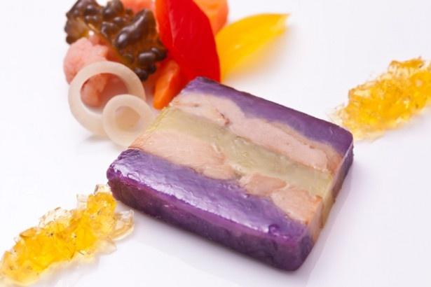 【写真を見る】JALプライベートリゾートオクマ(沖縄)の「ラフテーと紅芋のテリーヌ彩り野菜のピクルス添え」。鮮やかな色が特徴的