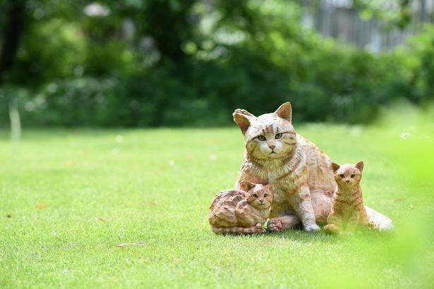 今にも鳴き声が聞こえてきそうな猫の親子の木彫り