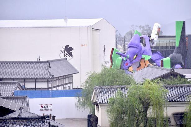 プレス内覧会当日はあいにくの雨。しかし、その悪天候が雰囲気を盛り上げてくれた