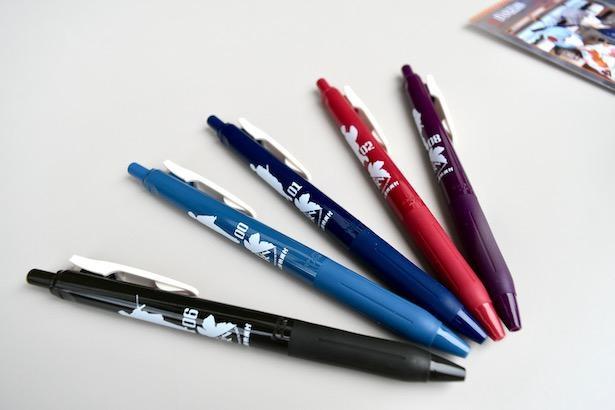 5人それぞれのシルエットも描かれた「SARASAクリップ ボールペン(税込各330円)」