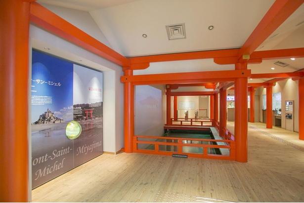 【写真】嚴島神社をモチーフにした柱などを配したエントランスホールにも注目