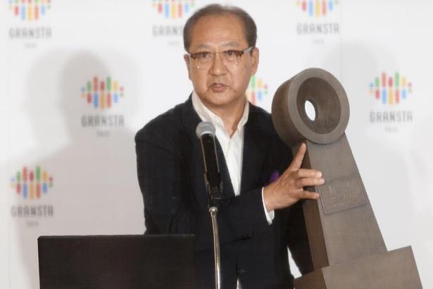 ゼロキロポストのレプリカを掲げる、株式会社鉄道会館 代表取締役社長 平野邦彦さん