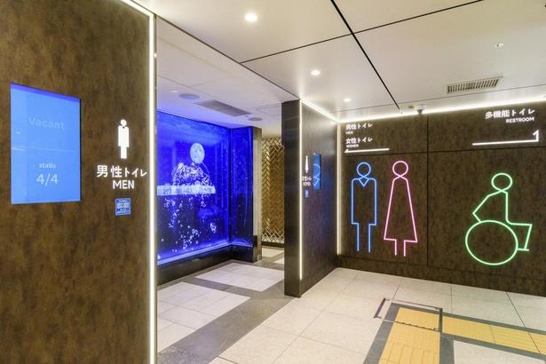 混雑状況もひと目でわかる、デジタルサイネージを採用したトイレ