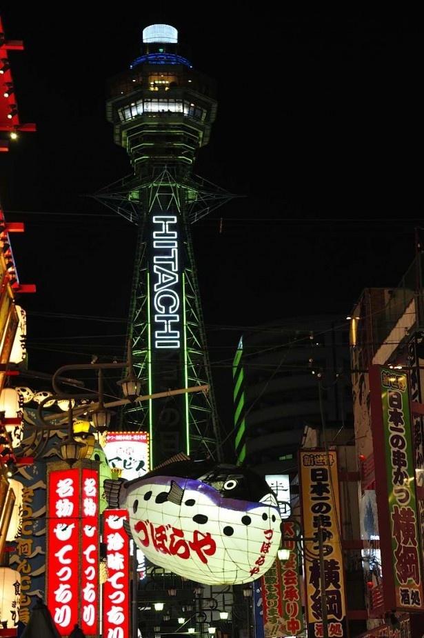 大阪のシンボル・通天閣。特別イルミネーションでは緩やかに光が上下に移動し、新しい通天閣の姿を見せた