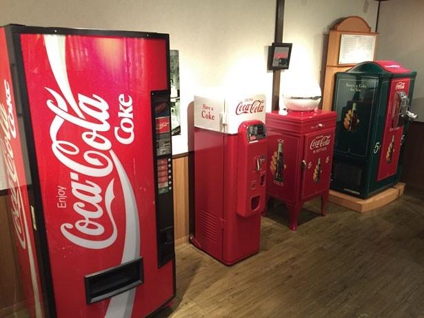 【写真を見る】アメリカンなデザインのアンティーク自販機/コカ・コーラウエスト京都工場