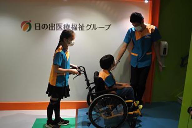 車いすは介助と乗車、両方を体験