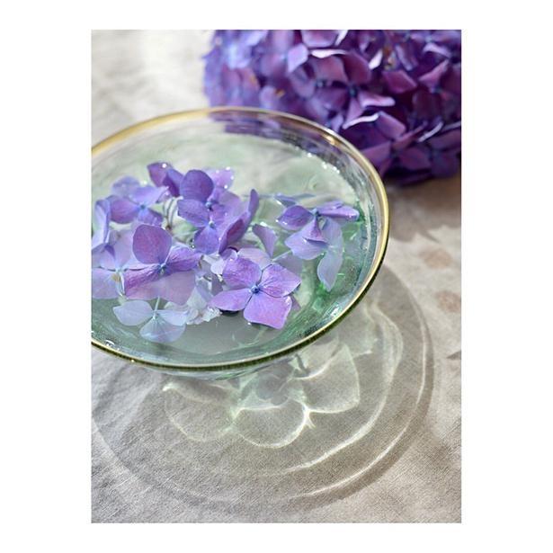 紫陽花を水面に浮かべた作品