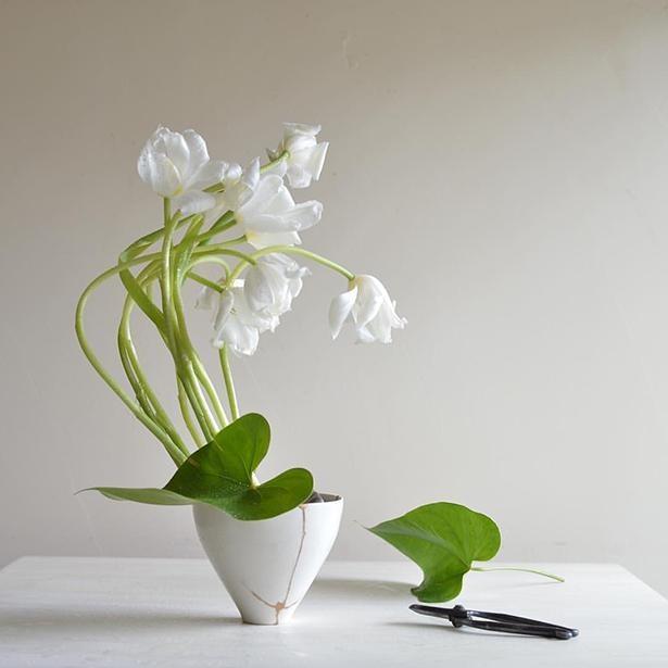 枯れる寸前の、茎が伸びきったチューリップを生かした作品