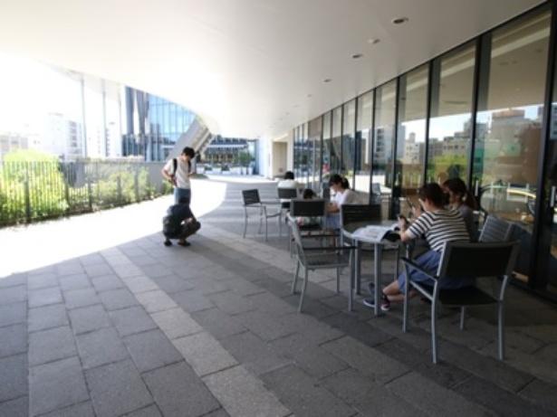 南面テラス(東京スカイツリータウン/イーストヤード2階)。スペースが広く、ベビーカーなども置けそう