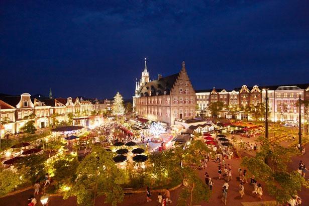 夜になるとアムステルダム広場も幻想的な光に包まれる