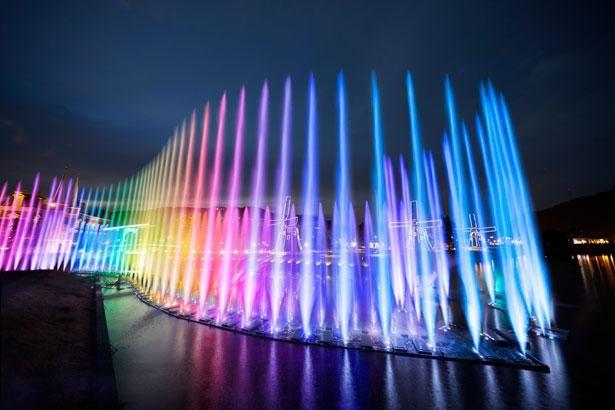 光で彩られた噴水が音楽に合わせて躍動する大迫力のショー「ウォーターマジック」