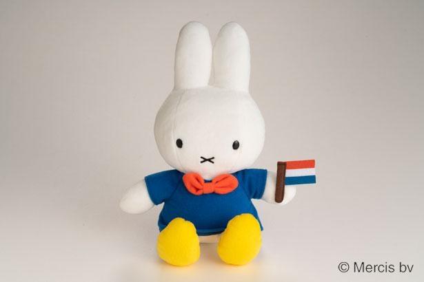 オランダの国旗を手にし、木靴を履いているのがハウステンボスオリジナル