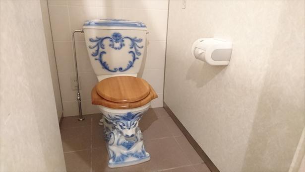 """【写真】SNSで話題に…!自動車博物館名物の""""世界のトイレ""""、こちらは人気のオーストリア製"""