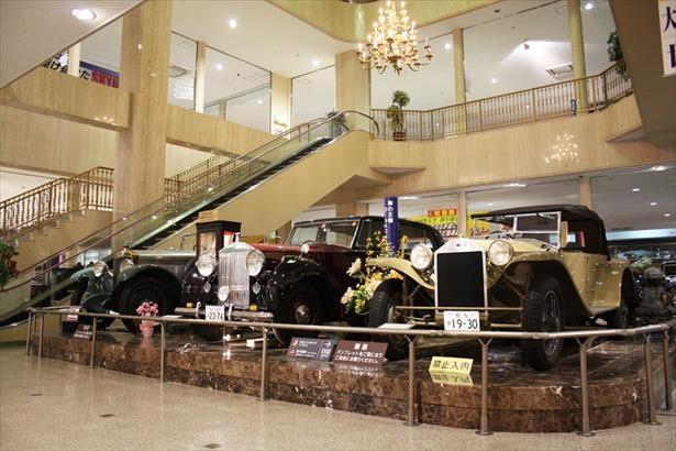 日本自動車博物館のシンボルカー、ロールスロイス・シルバーレイスなど世界の名車が出迎える入口展示