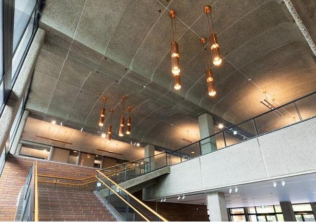 ロビーの天井も前川意匠を継承している