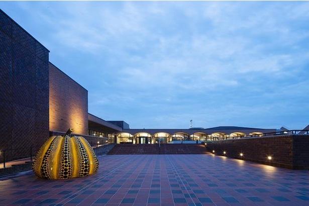2階の屋外広場エスプラナードに展示されている草間彌生「南瓜」