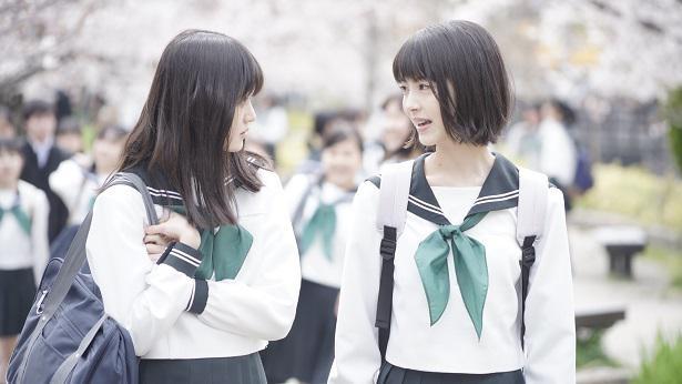 内気な由奈(福本莉子)と社交的な朱里(浜辺美波)。正反対の性格の2人だが、すぐに仲良くなる。