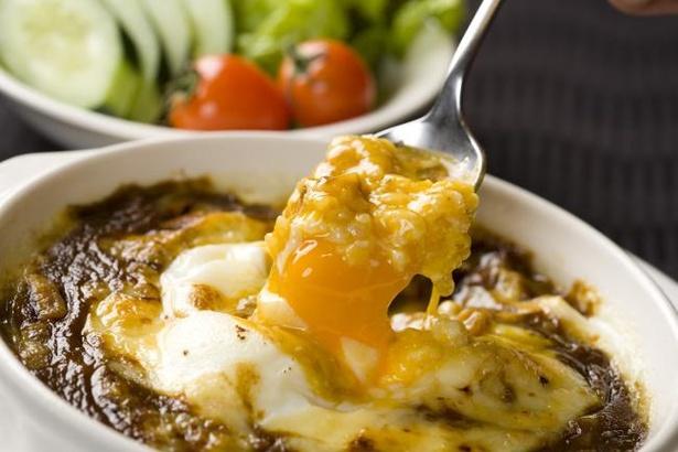 【写真】名物の焼きカレーは、とろけるチーズや半熟卵がスパイスの効いたカレーの味わいを一層引き立てる