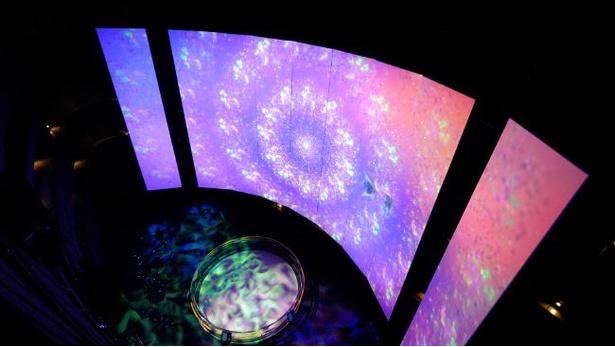 海峡アトリウムでは音楽とともに色彩豊かな映像美を楽しめる