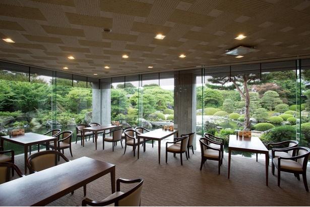 水量豊富な池庭に囲まれた喫茶室「大観」