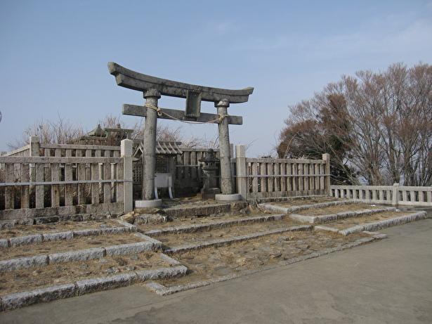 山頂の御神廟には彌彦神社の祭神と妃神を祀る