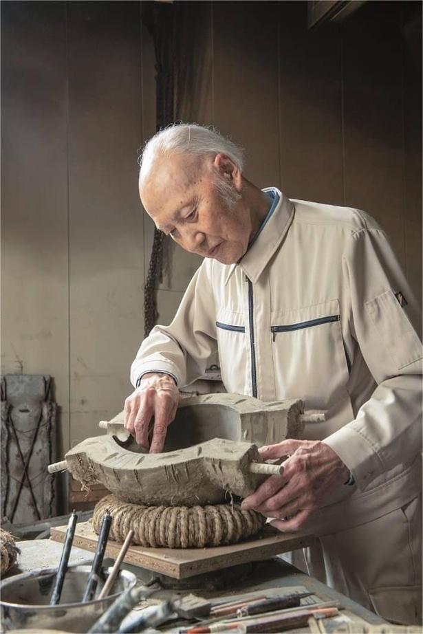 大澤美術鋳造所にて作品を作り出す大澤光民氏(2020年7月)