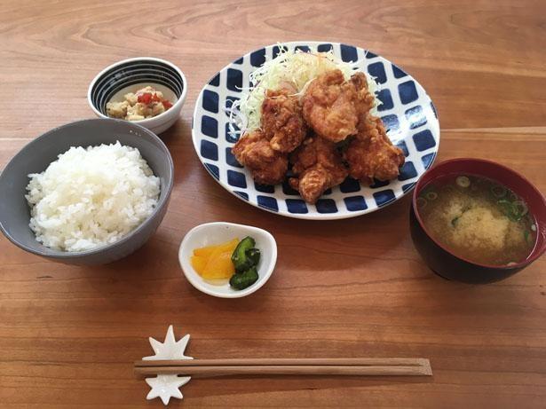日替りの小鉢、味噌汁、ご飯が付くからあげ定食(1000円)は大人気/食堂 森本