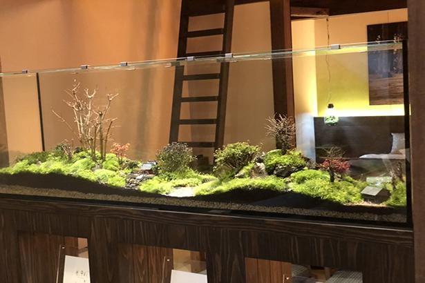 ホテルの客室のインテリアとして作成した幅180mの作品。和の趣が漂う山里の風景を描いている
