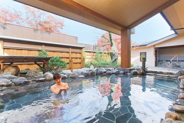 野趣あふれる岩造りの露天風呂。美しい庭園を眺めながらの湯あみは、リラックス効果が抜群!/京都嵐山温泉 湯浴み処 風風の湯