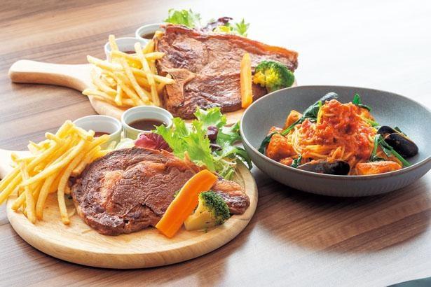 国産和牛ロースステーキ(200g1680円・手前)から和御膳やパスタまで味わえる/三田天然温泉 寿ノ湯