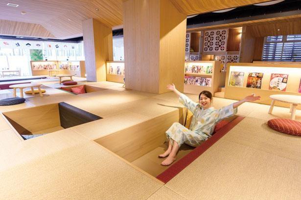 1階の休憩スペースにある、和風の床のくぼみに入って過ごす「隠KAKURE」/大津温泉 おふろcafe びわこ座
