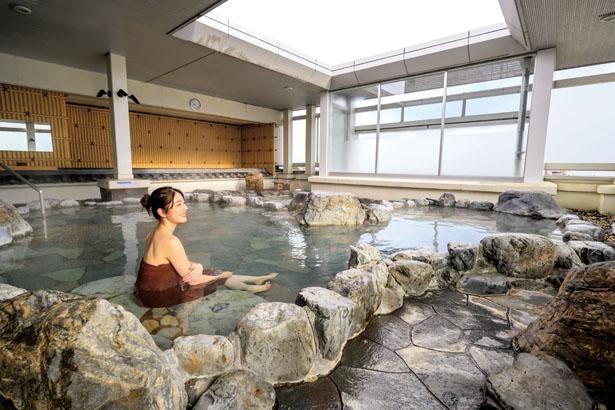 岩造りの女性露天風呂には、使い放題の泥パックもあり/大津温泉 おふろcafe びわこ座