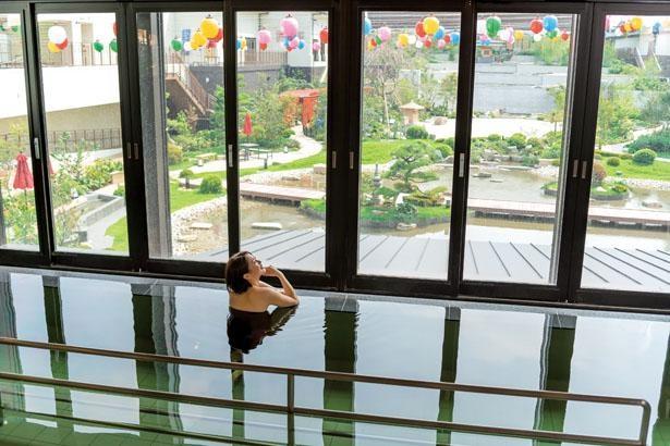 約3300平方メートルの日本庭園「天空庭園」を見渡せる「庭見風呂」/空庭温泉 OSAKA BAY TOWE